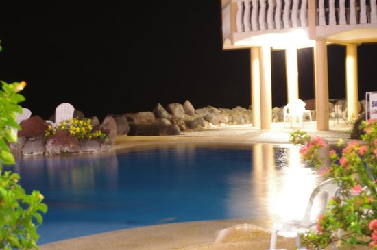 Paras Beach Resort: Night swim