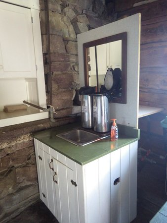 Granite Park Chalet: Water and Sink for Brushing your teeth!