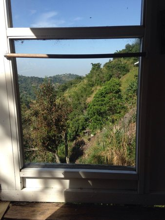 Mount Edge Guest House: The view from the four poster bed.