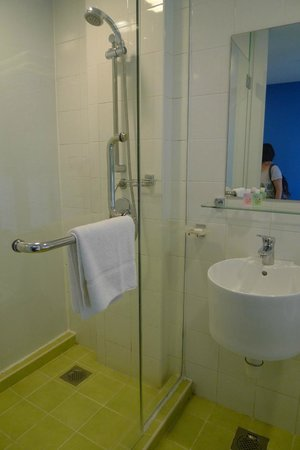 Citrus Hotel Johor Bahru: Bathroom in Club Room