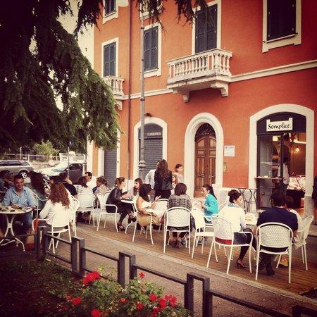 Sora, อิตาลี: Semplice... Tavoli in Piazza.