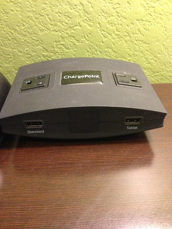 Holiday Inn Express Hotel & Suites Chicago-Deerfield/Lincolnshire : charging station