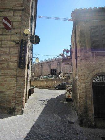 Albergo Arena: отель по этому узкому переулку налево (вы видите Сферистерио сзади)