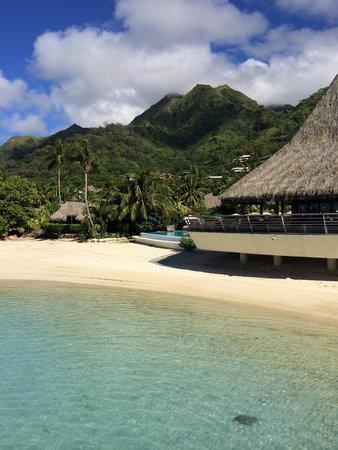 Sofitel Moorea Ia Ora Beach Resort : Scorcio della spiaggia, piscina e del ristorante/bar
