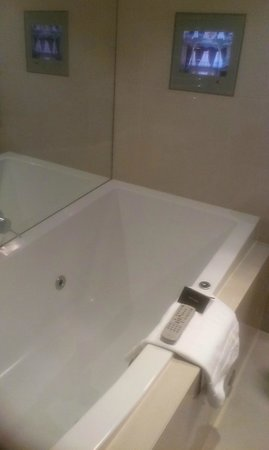Sofitel Queenstown Hotel & Spa: Spa bath with TV