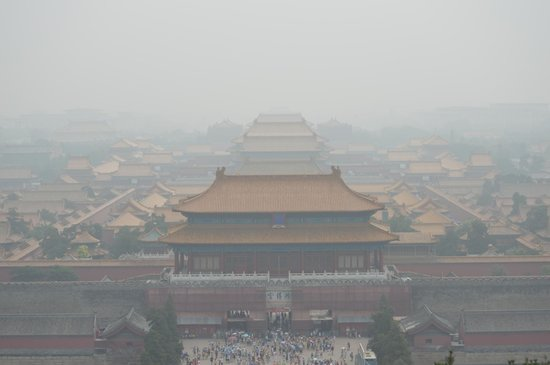 Jingshan Park (Jingshan Gongyuan): Smog-covered view of the Forbidden City