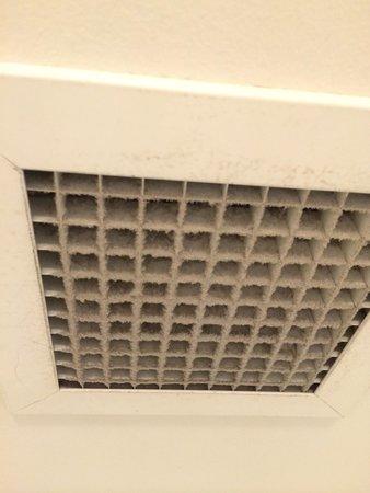 Ibis Sydney King Street Wharf: Il bocchettone di aspirazione dell'aria nel bagno dovrebbe essere pulita ogni tanto.