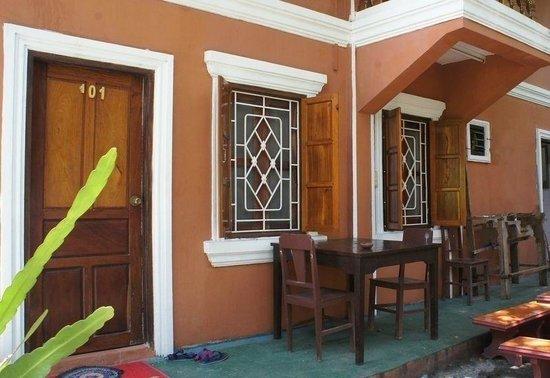 Vilayvang Guest House: entrée de la chambre du sous sol