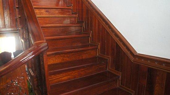 Vilayvang Guest House: l'escalier en bois précieux, montant à l'unique étage
