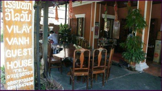 Vilayvang Guest House: autre vue de l'entrée de la guest house