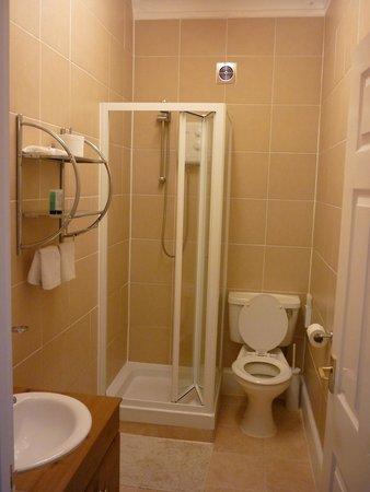Atholl Court Guest House: En-suite shower