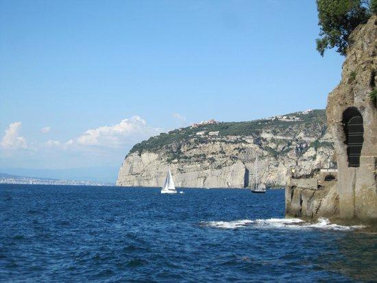 Hotel Mediterraneo Sorrento: Вид с пляжа