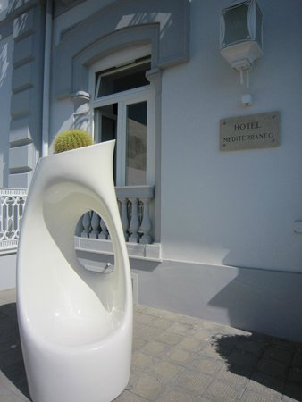 Hotel Mediterraneo Sorrento: У входа в отель с улицы со стороны моря