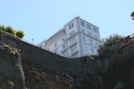 Hotel Mediterraneo Sorrento: Вид гостиницы с пляжа