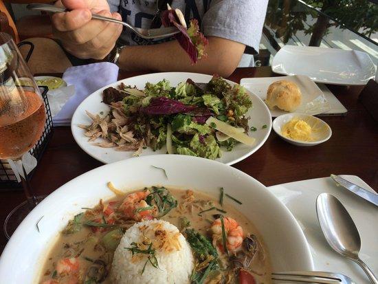 Waterfront Danang Restaurant & Bar: グリーンカレー、奥がチキンサラダ