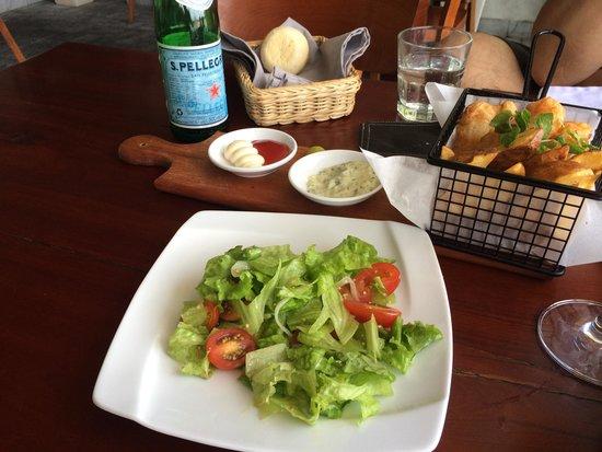 Waterfront Danang Restaurant & Bar: フリッターとセットのサラダ