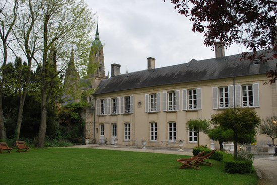 Hotel Tardif Noble Guesthouse : The Hotel Tardif and its peaceful yard with the Bayeux Cathedral in the background