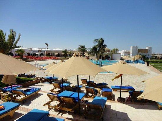Mercure Hurghada Hotel : Отдых у бассейна.