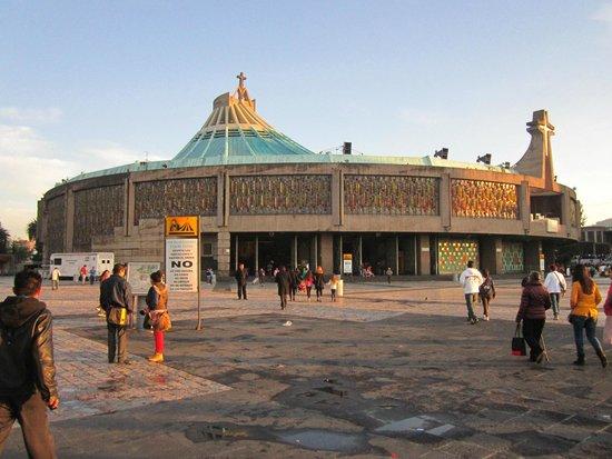Basilica Lady of Guadalupe and Teotihuacan: Acceso principal de la Basilica de nuestra señora de Guadalupe.