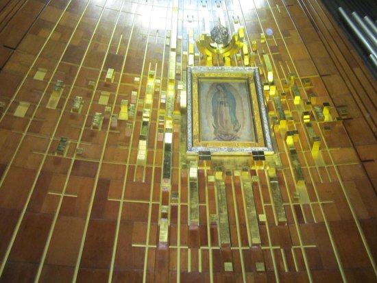 Basilica Lady of Guadalupe and Teotihuacan: Recorrido privado interno en la Basilica para obsevar la imagen  de la virgen de Guadalupe.