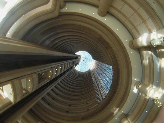 Hotel Santiago: Vista do saguão olhando para cima