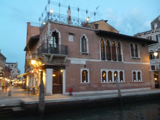 La Palazzina Veneziana: View from Guglie bridge