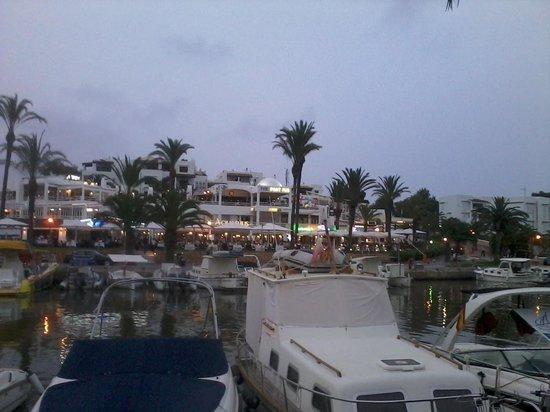 AluaSoul Mallorca Resort: Il porto di Cala D'Or con alcuni localini sullo sfondo