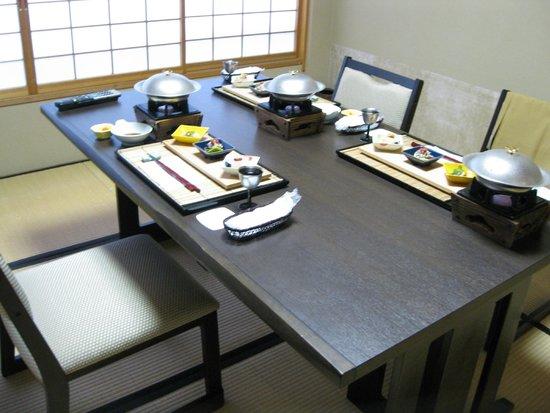 Yorozuya Honkan: 部屋にわざわざ用意してくれたテーブルセット