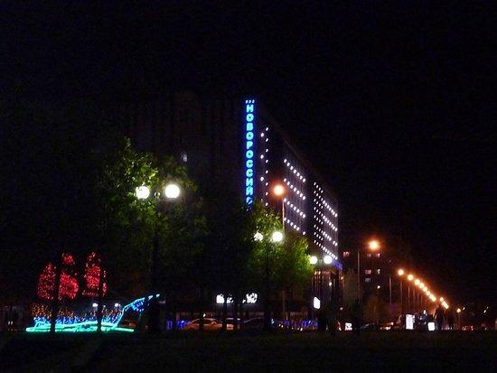 Hotel Novorossiysk: Вечерний вид гостиницы.