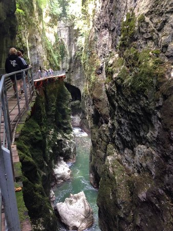 Gorges du Fier : Nice walkway along the gorge stuck to the walls above the water.