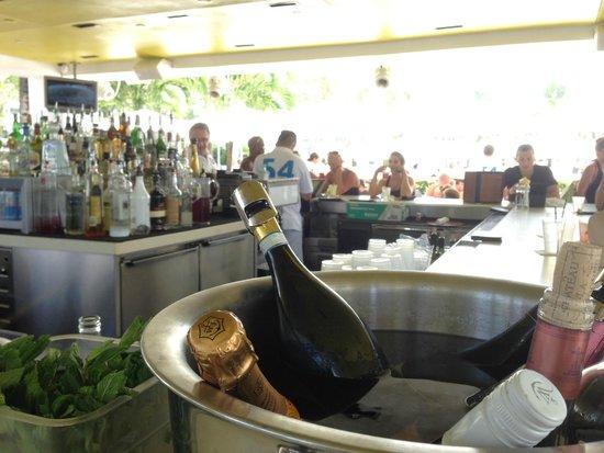 Fontainebleau Miami Beach: Pool Bar