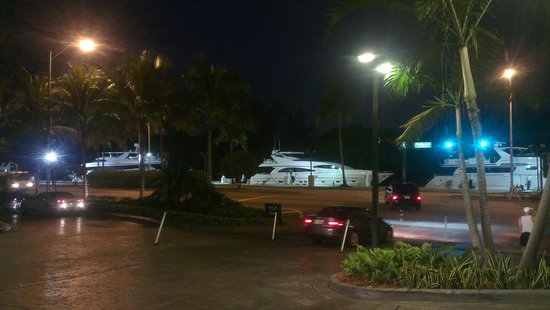 Fontainebleau Miami Beach: Boats Mooring Outside Hotel Front
