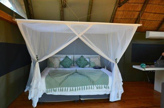 Victoria Falls River Lodge - Zambezi Crescent: Ahhh the bed!!