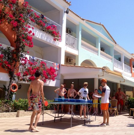 Planos, Grecia: Matt and Gianni play table tennis