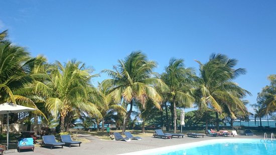 Blue Lagoon Beach Hotel: Sunny day by the pool