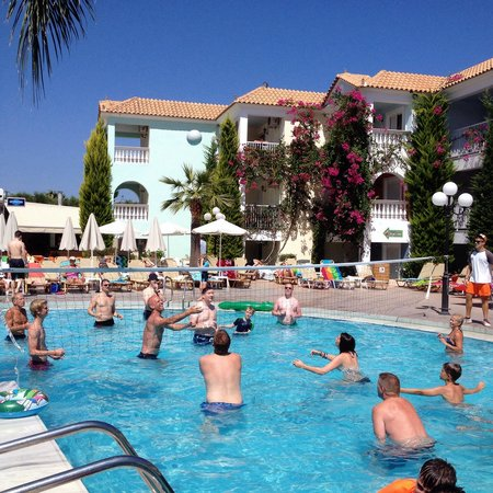 Planos Bay Hotel: Water volleyball was taken very seriously!