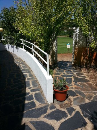 Montanchez, Spain: Caminito al restaurante, piscina e instalaciones