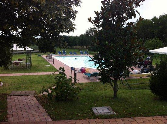 La Sorgente del Subasio: Giardino e piscina