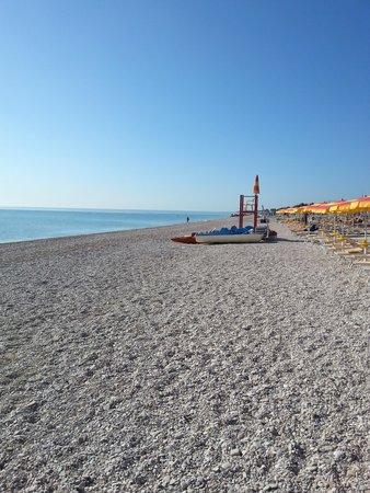 Lungomare di Porto Sant'Elpidio: Mare calmo, spiaggia deserta.