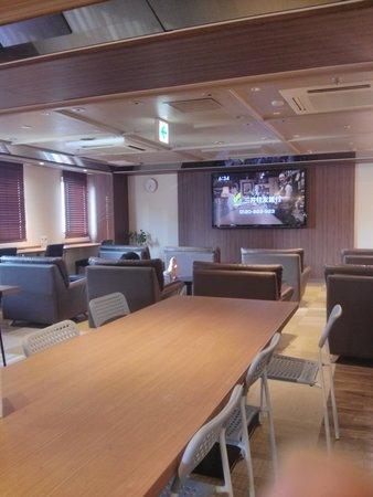 Shinjuku Kuyakushomae Capsule Hotel : Lounge on the the 4th floor.