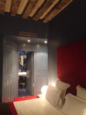 Hotel du Petit Moulin: Room 203