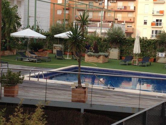 TRYP Valencia Feria: Piscine de l'hôtel , attention pas pied du tout !
