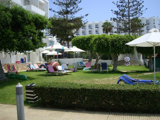 Louis Ledra Beach: The area where we sat just to the side of the pool.