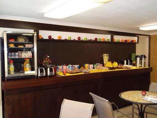 Claremont Hotel Las Vegas: Lobby breakfast bar