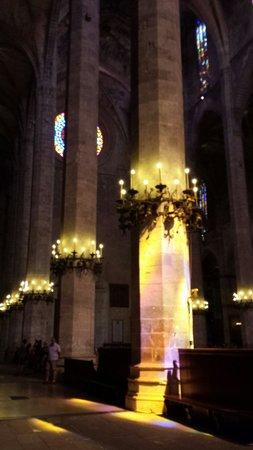 Palma Cathedral Le Seu : 岛上阳光明媚,光束透过华丽的花窗投射下来,令冰冷的地面和石柱焕发了新的光彩,那感觉既温暖又美妙。