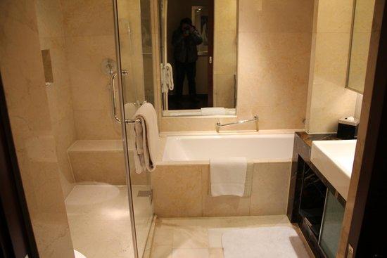 Beijing Marriott Hotel City Wall: bathtub