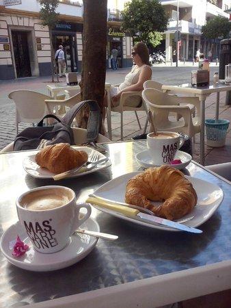 Hotel Monte Carmelo: colazione a due passi dall'Hotel  in una zona pedonale molto tranquilla