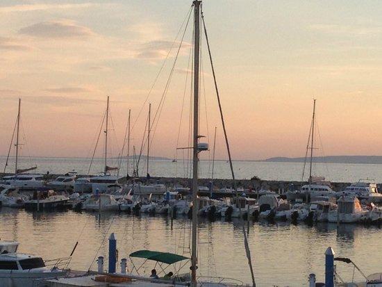Le Yacht Club: coucher sur SETE au fond à gauche