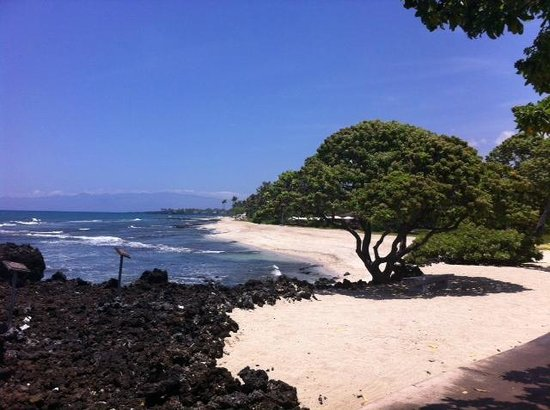 Four Seasons Resort Hualalai: Walk home from the nearby beach