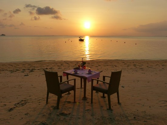 The Sunset Beach Resort & Spa, Taling Ngam: Abendessen am Strand